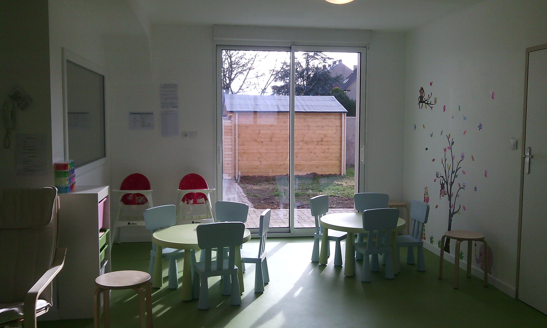 l 39 espace repas et la sortie vers le jardin s curis e. Black Bedroom Furniture Sets. Home Design Ideas